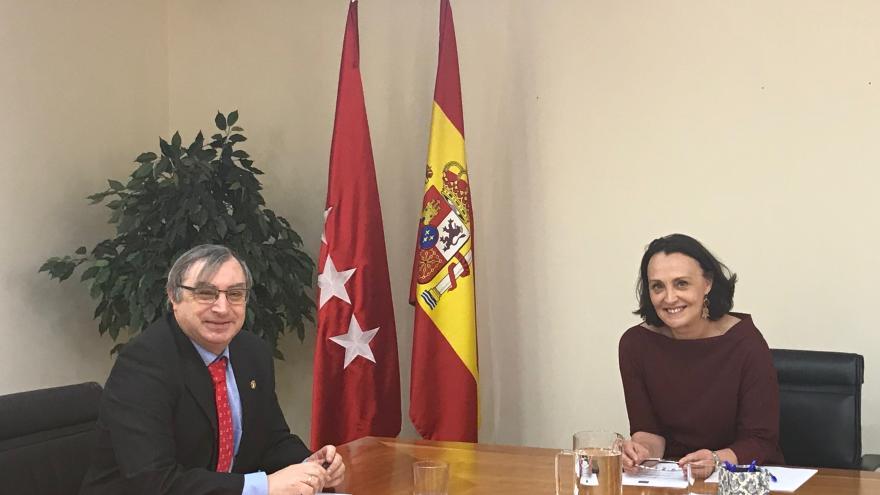 La consejera de Justicia, Yolanda Ibarrola, y el decano del Colegio de Psicólogos de Madrid, Fernando Chacón