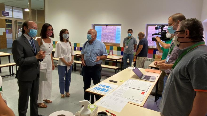 El consejero de Ciencia, Universidades e Innovación Eduardo Sicilia, durante su visita