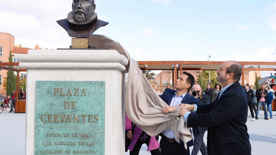 Pedro Rollán y Sergio Barzal descubren el busto de Miguel de Cervantes