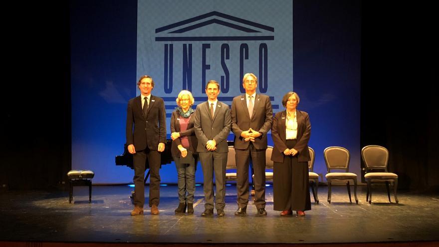 El viceconsejero de cultura, Álvaro Ballarin (primero a la izquierda) y la alcaldesa de Madrid, Manuela Carmena, junto al resto de autoridades presentes en el Premio Ciudad de Alcalá