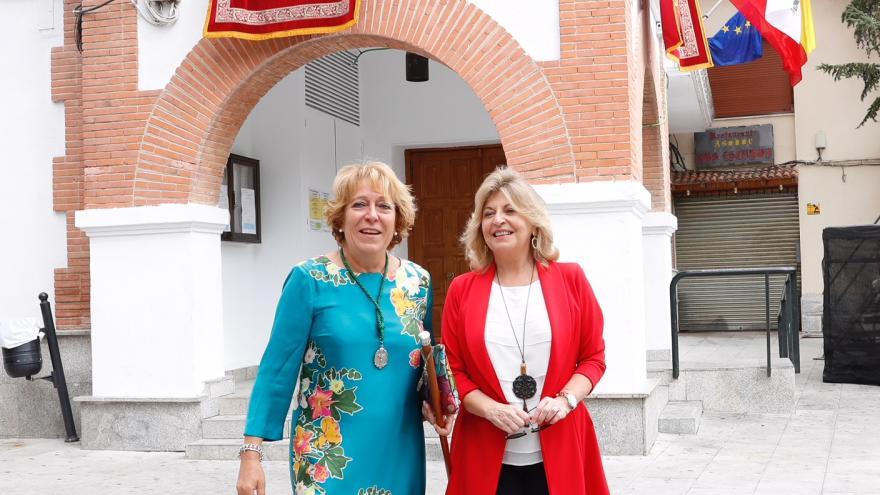 Engracia Hidalgo junto a la alcaldesa, María José Moñino
