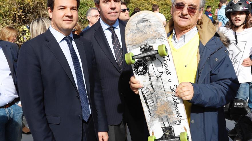 Garrido rinde homenaje a Ignacio Echeverría en la inauguración de sus pistas de patinaje en Las Rozas