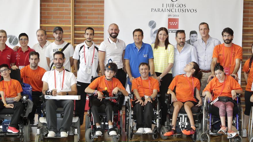 Jaime de los Santos y Lola Moreno en foto grupal con deportistas