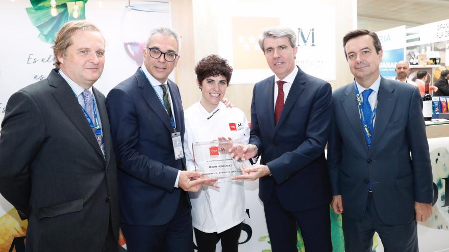 Ángel Garrido presentando a Miriam Hernández embajadora de la Marca de los Alimentos de Madrid M Producto Certificado