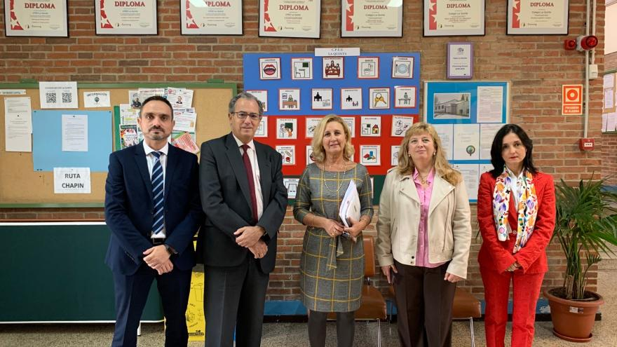 El consejero de Educación y Juventud del Gobierno regional, Enrique Ossorio durante la visita