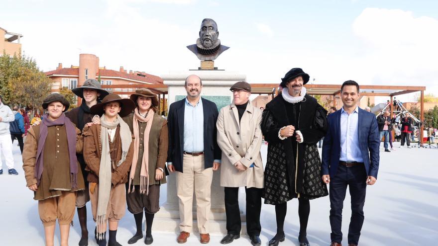 Pedro Rollán en foto coral con varios asistentes a la inauguración de la nueva plaza