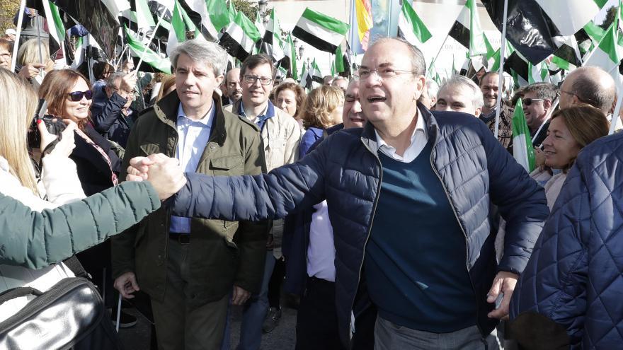 Ángel Garrido y José Antonio Monago saludan a participantes en la concentración