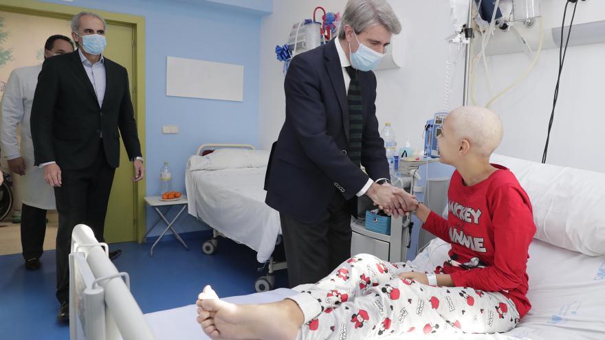 El presidente Garrido visita a una paciente del Hospital Niño Jesús