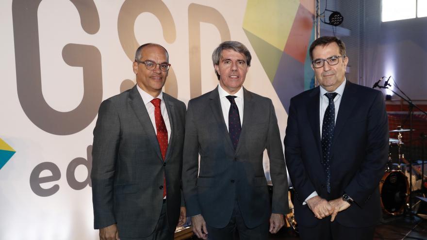 El presidente de la Comunidad de Madrid, Ángel Garrido, junto al consejero de Educación e Investigación Rafael Van Grieken (izquierda) y el presidente de la Cooperativa Gredos San Diego, Carlos de la Higuera (derecha).