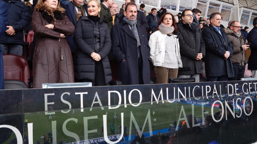 La presidenta de la Comunidad de Madrid, Cristina Cifuentes, en el palco del Coliseum Alfonso Pérez de Getafe durante la disputa del derbi madrileño de fútbol entre Getafe y Leganés