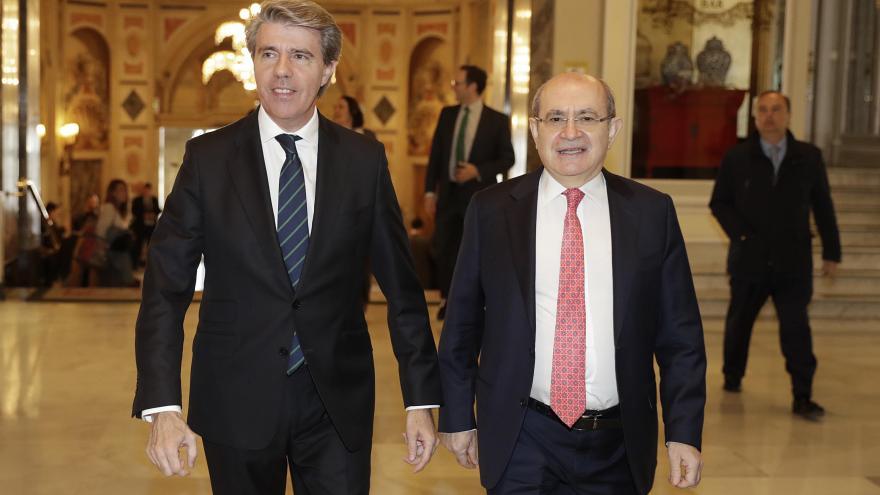 El presidente de la Comunidad de Madrid, Ángel Garrido, con el presidente de Nueva Economía Fórum, José Luís Rodríguez.
