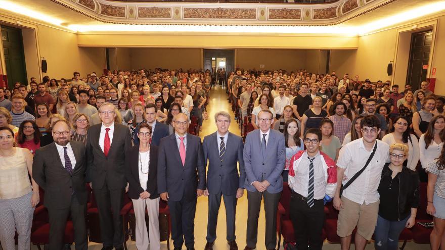 El presidente de la Comunidad de Madrid ha participado en un acto de bienvenida a los auxiliares que se incorporan este curso escolar
