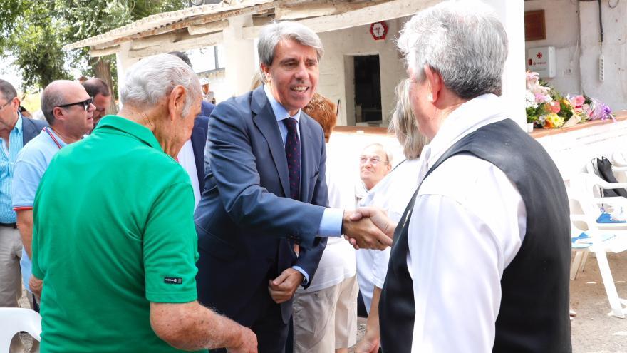 Ángel Garrido saluda a asistentes a la misa