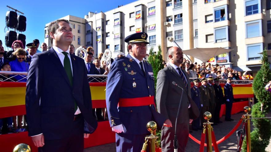 El vicepresidente de la Comunidad de Madrid, consejero de Presidencia y portavoz del Gobierno regional, Pedro Rollán, presencia desde el palco de autoridades del izado de la bandera de España