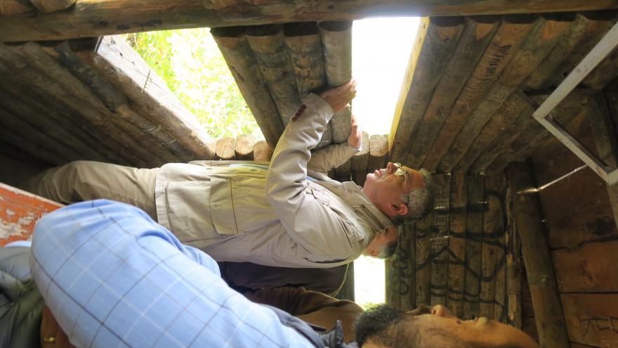 El consejero de Medio Ambiente y Ordenación del Territorio, Carlos Izquierdo, observa animales desde un observatorio en el Centro de Educación Ambiental El Campillo, situado en Rivas-Vaciamadrid.