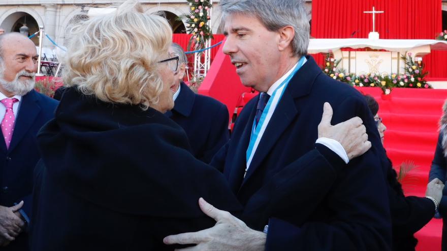 El presidente de la Comunidad de Madrid, Ángel Garrido saluda a la alcaldesa de Madrid, Manuela Carmena