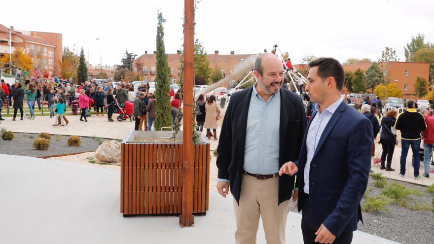 Pedro Rollán y Sergio Barzal charlan tras la inauguración de la nueva plaza