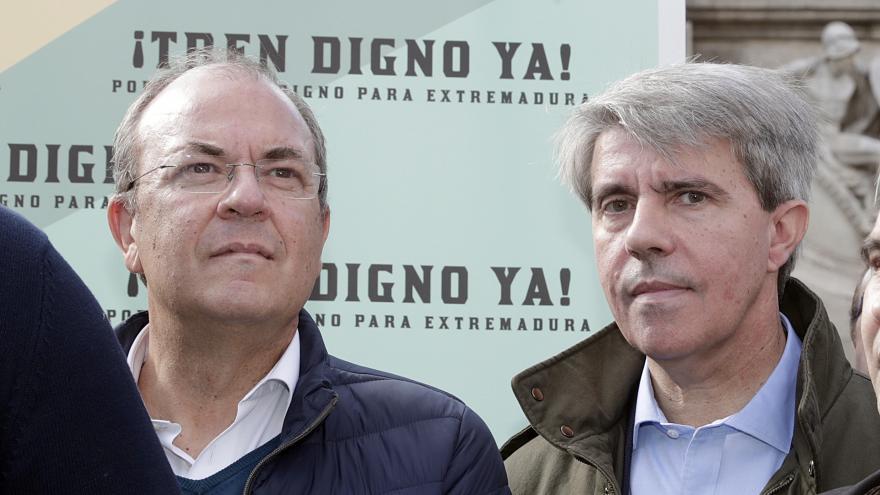 Garrido y Monago delante del cartel informativo de la concentración