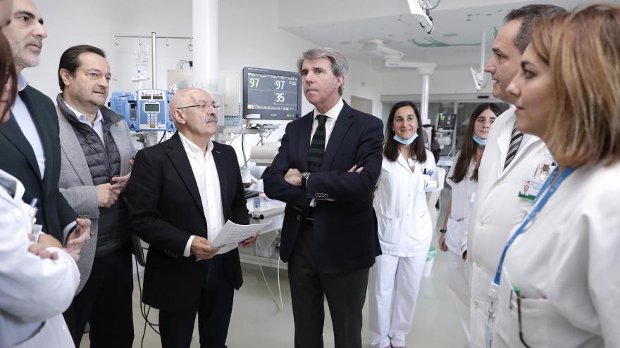 El presidente Garrido acompaña a algunos profesionales sanitarios del Hospital Niño Jesús