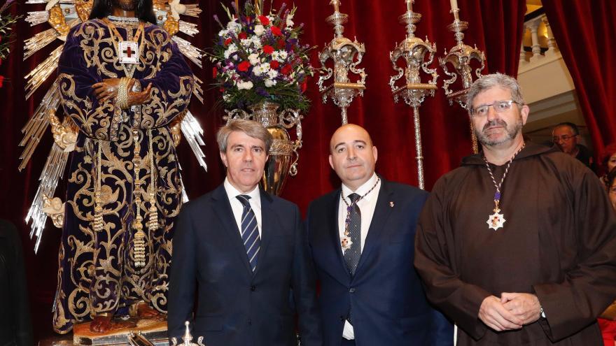 El presidente de la Comunidad de Madrid, Ángel Garrido, en su visita a la Basílica de Jesús de Medinaceli acompañado por el Padre Benjamín Echeverría, Padre Superior Provincial