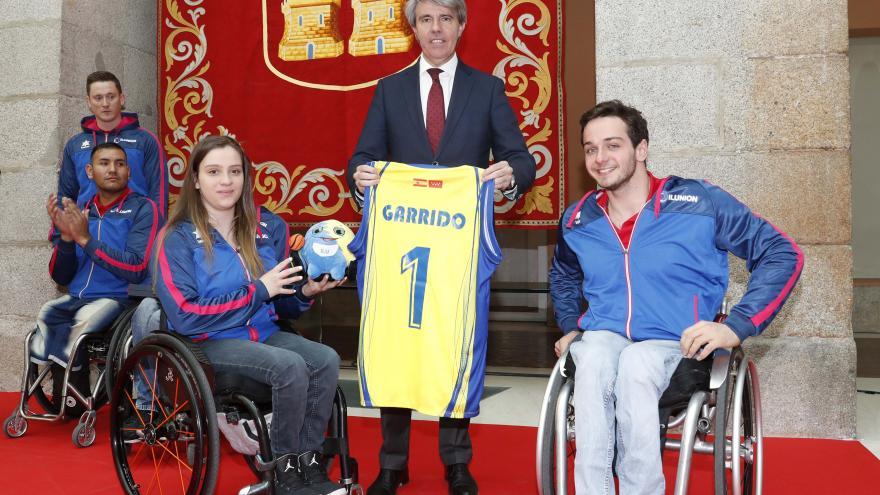 Ángel Garrido recibe a los jugadores y equipo técnico del Club Deportivo Ilunion tras ganar la Copa de S. M. el Rey de baloncesto en silla de ruedas