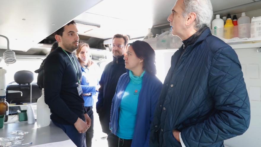 Enrique Ruiz Escudero, consejero de Sanidad, conversa con los profesionales sanitarios que trabajan en la Cañada Real