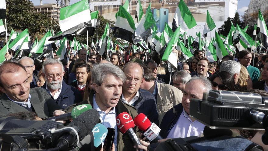 El presidente Ángel Garrido responde a los medios presentes en la concentración
