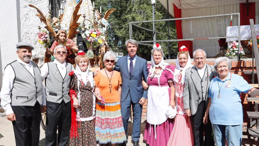 Ángel Garrido en foto de grupo con asistentes a la misa