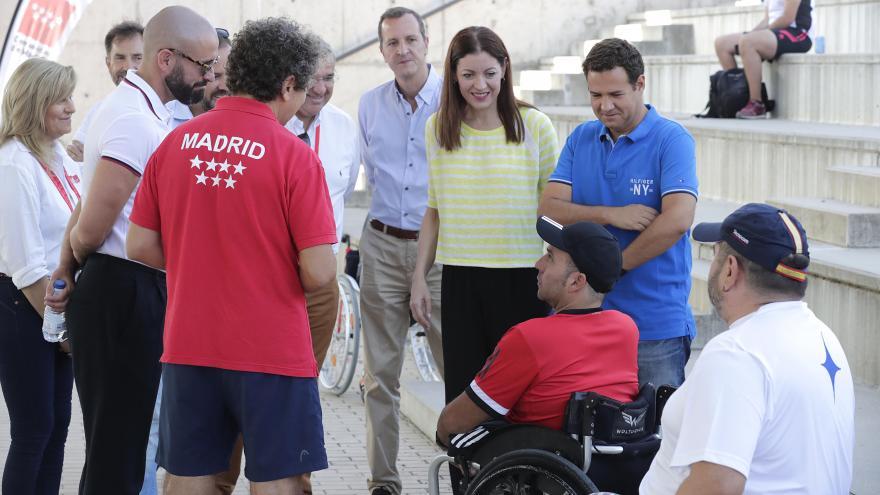Jaime de los Santos y Lola Moreno conversan con uno de los deportistas