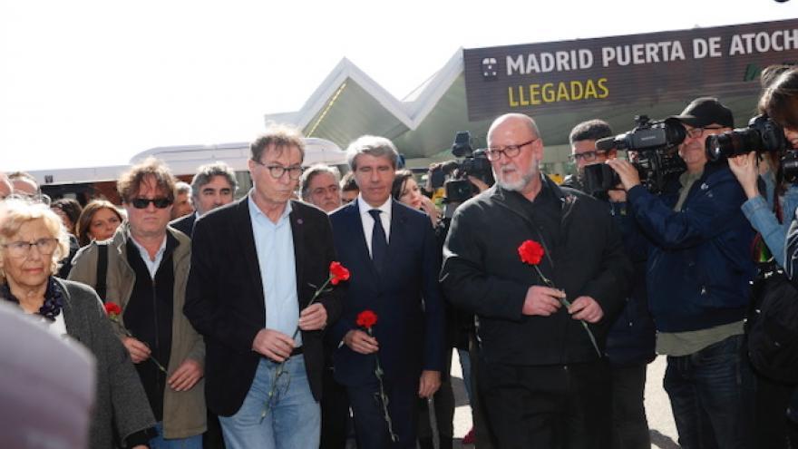 El presidente de la Comunidad, Ángel Garrido, en la ofrenda floral en la Estación de Atocha