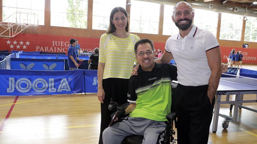 Jaime de los Santos y Lola Moreno junto a un jugador de ping-pong