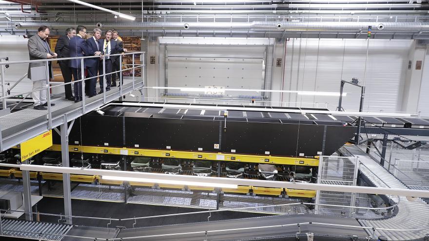 Ángel Garrido inaugurando las nuevas instalaciones de DHL