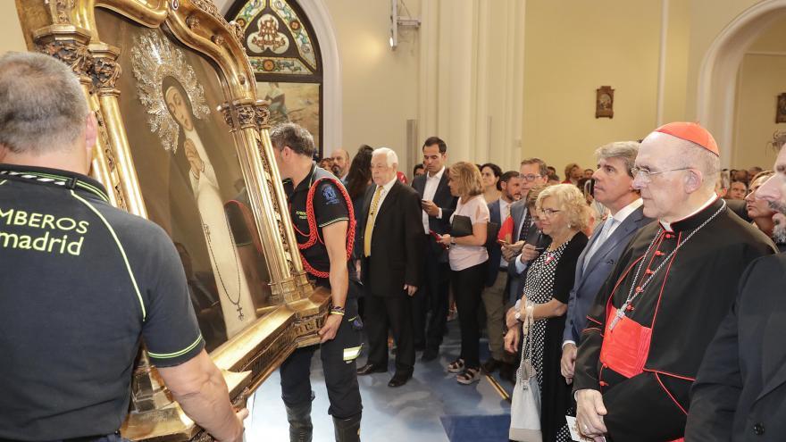Ángel Garrido observa la bajada del cuadro de la Virgen de La Paloma