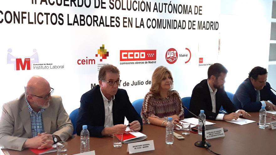 La consejera preside la firma de un nuevo acuerdo de solución extrajudicial de conflictos colectivos con los agentes sociales