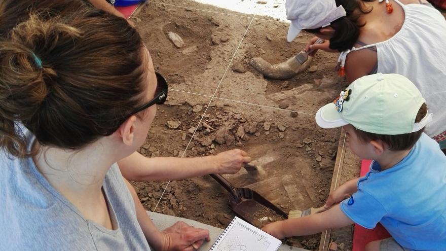 Niños participando en el programa Arqueólogos por un día