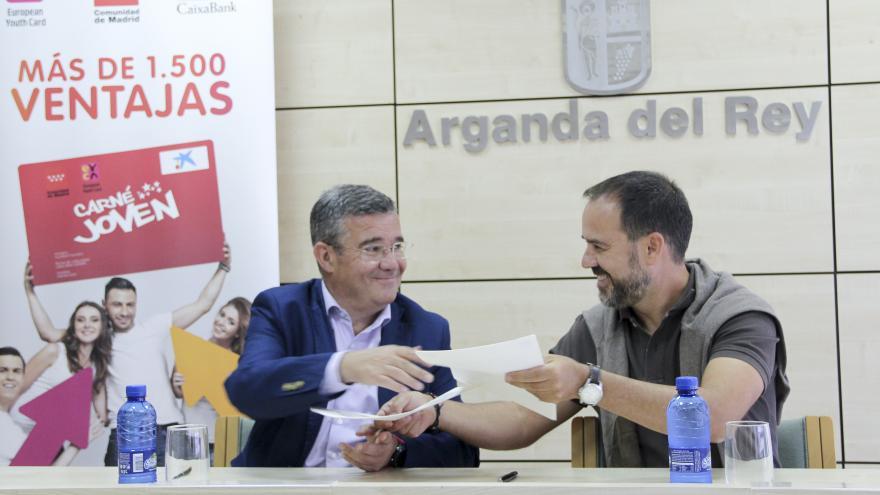El director general de Juventud y Deporte, Javier Orcaray, ha rubricado hoy el convenio de adhesión con el alcalde del municipio