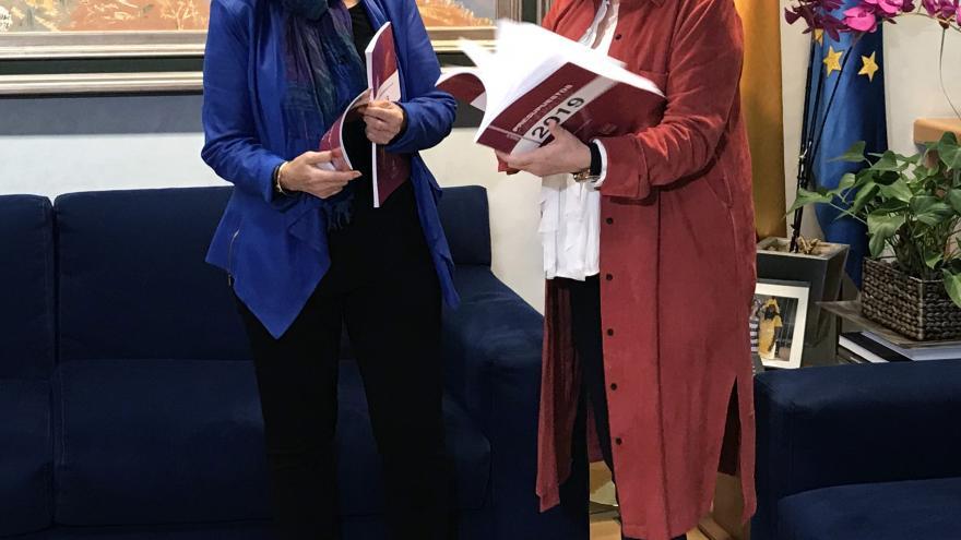 La consejera de Economía, Engracia Hidalgo, entregando el Proyecto de Presupuesto a la presidenta de la Asamblea de Madrid, Paloma Adrados