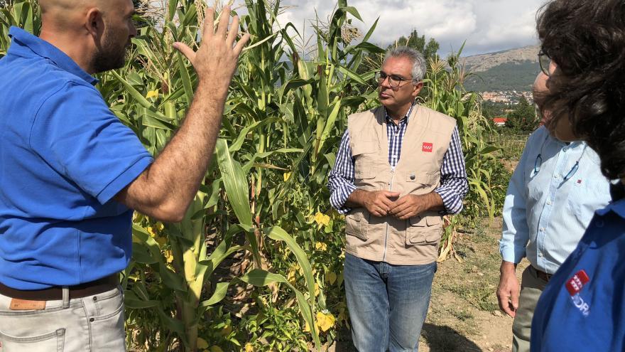 Izquierdo visita los talleres de agricultura participativa en El Escorial