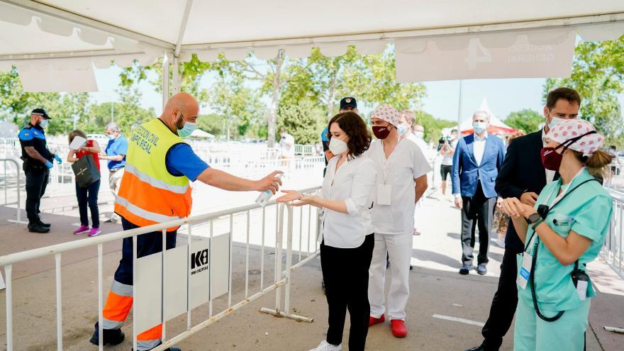 Isabel Díaz Ayuso en Torrejón de Ardoz conociendo los test que está realizando el Ayuntamiento