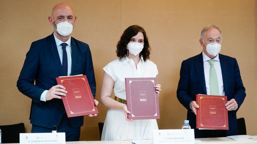 Isabel Díaz Ayuso durante la firma del protocolo de colaboración con el Colegio de Veterinarios de Madrid