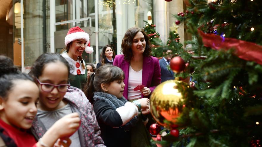 Isabel Díaz Ayuso inaugurando la Navidad en Sol