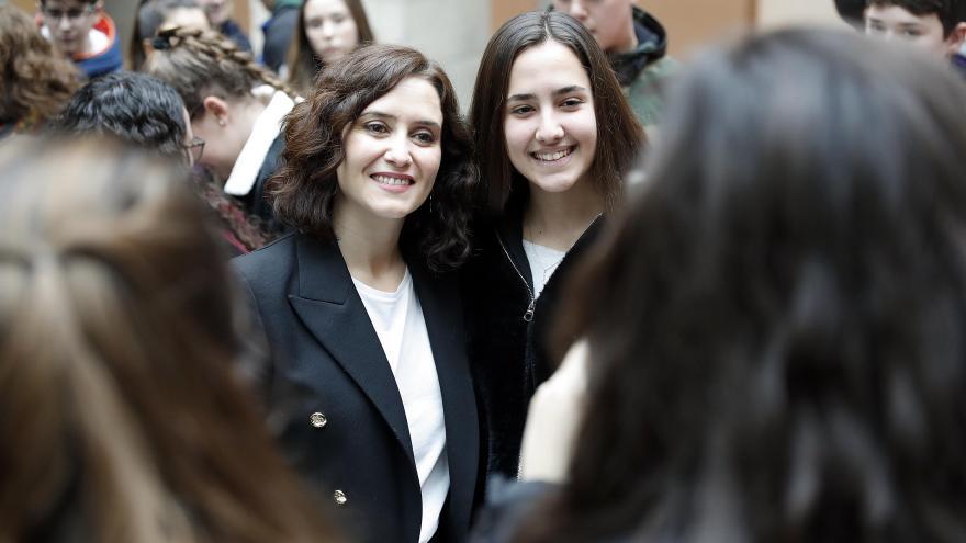 Isabel Díaz Ayuso junto a los estudiantes