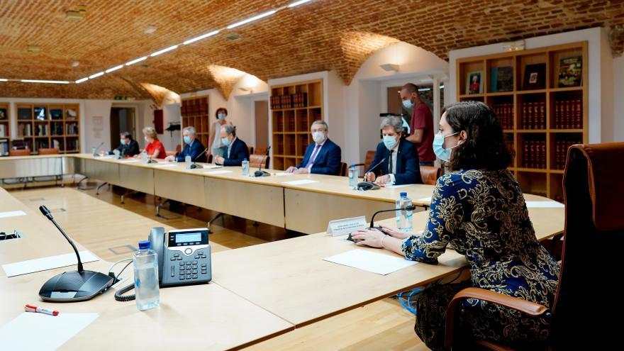 Isabel Díaz Ayuso durante la reunión con expertos médicos