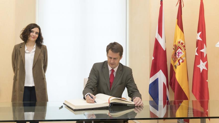 Isabel Díaz Ayuso durante el encuentro con el embajador del Reino Unido
