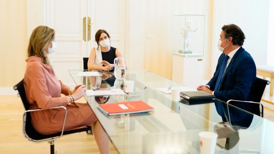 Isabel Díaz Ayuso durante la reunión con el presidente del Consejo Regulador DO Vinos de Madrid