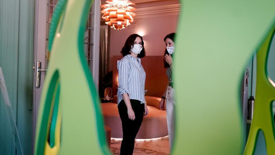 Fotografía de la presidenta tomada entre el hueco de un jarrón verde