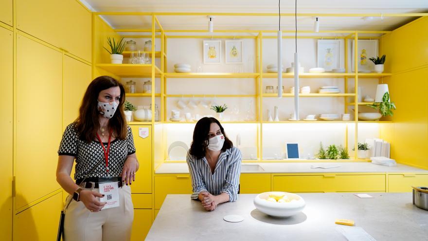 Isabel Díaz Ayuso apoyada sobre una encimera de cocina amarilla