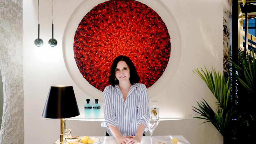 Isabel Díaz Ayuso sentada en una mesa blanca