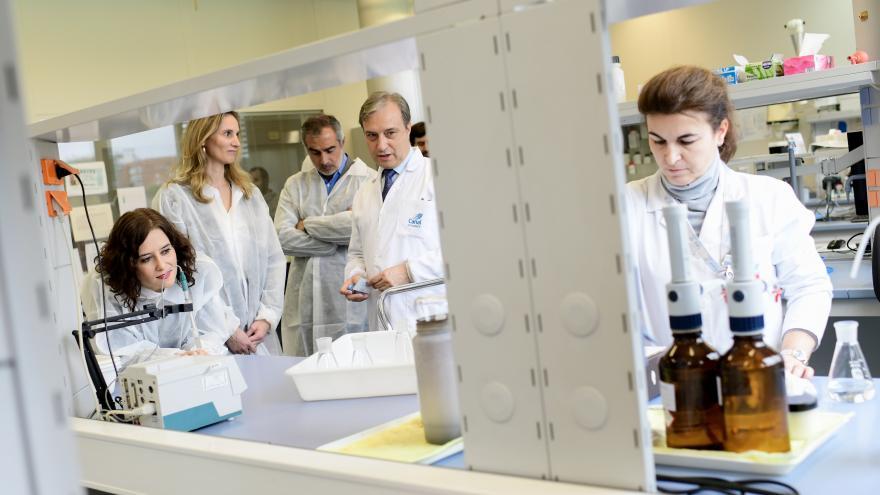 Isabel Díaz Ayuso durante su visita al laboratorio central del Canal de Isabel II