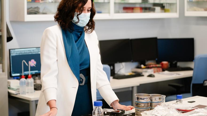 Isabel Díaz Ayuso durante la visita a IMDEA nanociencia